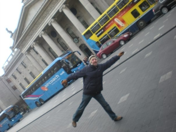 Al fondo, Autobús Aircoach en Dublin delante de Correos. En primer plano, un servidor haciendo el tonto hace 6 años. Lo sigo haciendo.