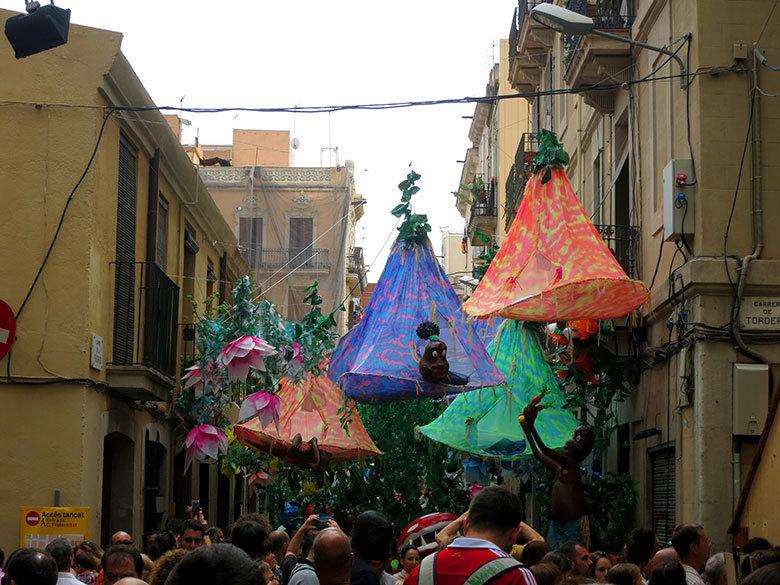 Adornos en la calle Fraternitat para las fiestas de Gràcia 2015