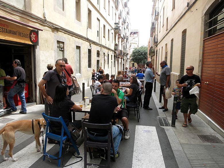 Vecinos disfrutando de una buena comida en la calle