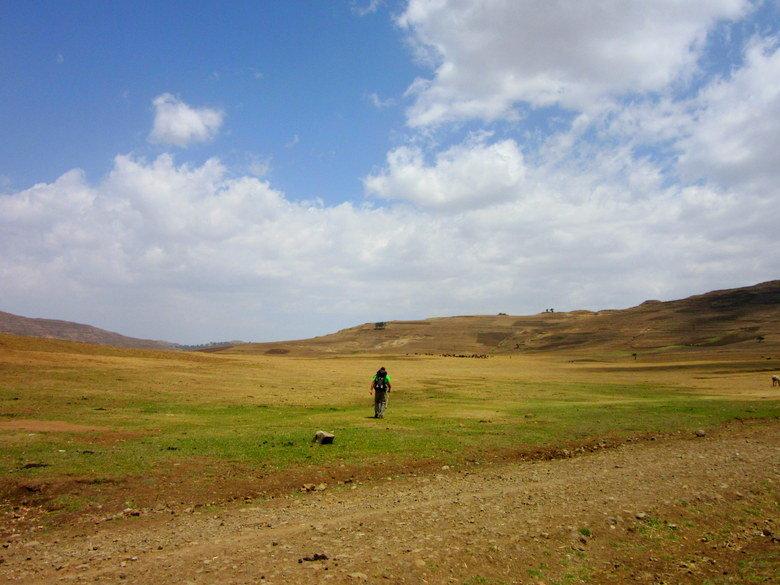 El gran Manu, cargando su mochila, en el medio de la meseta