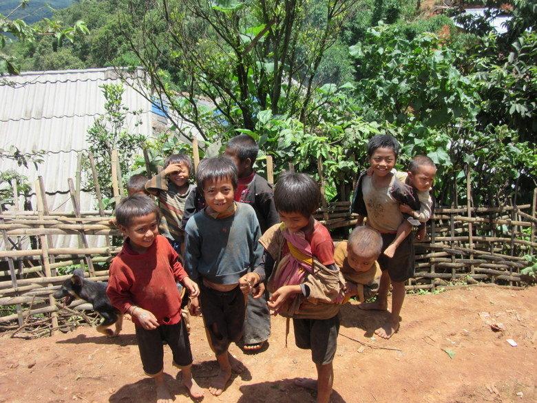 Niños en aldeas de Kentung