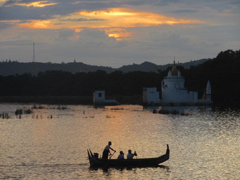 Junto al puente de U Bein en Mandalay