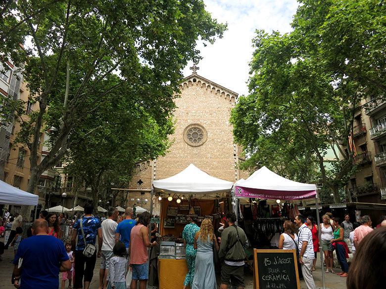 Paradas de comida y ropa en la plaza Virreina