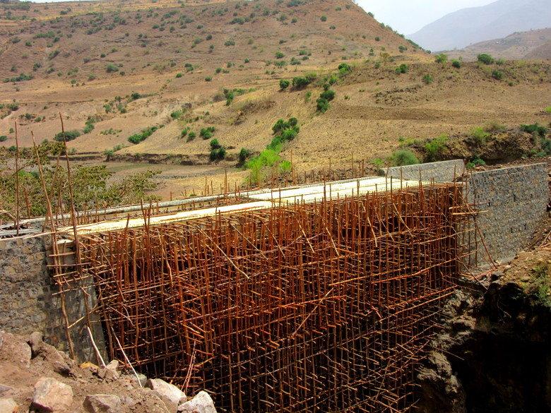 El puente con los andamios de bambú