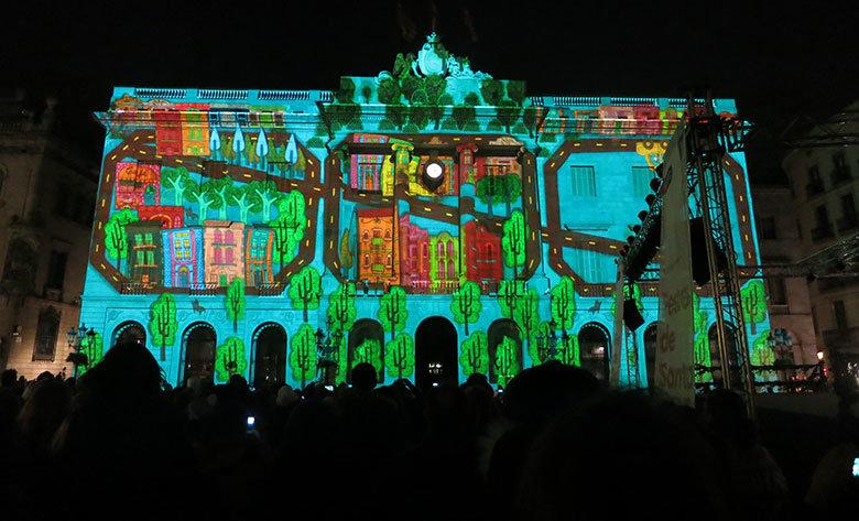 La plaza de Sant Jaume iluminada durante las fiestas de Santa Eulàlia