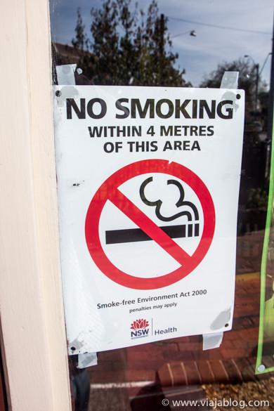 El humo vuela: prohibido fumar a menos de 4 metros de la puerta, Blackheath, Australia