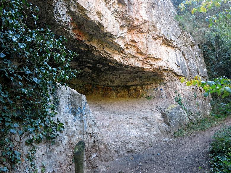 Cuevas por el camino en dirección al Puig de Pedradreta
