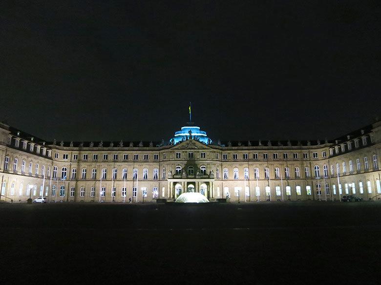 El Nuevo Palacio de Stuttgart al anochecer