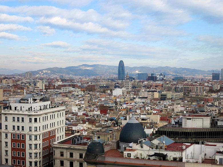 Vistas al oeste con la Torre Agbar presidiendo la imagen