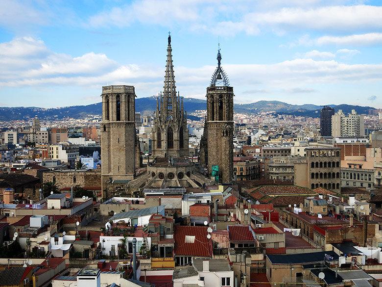 Vistas a la cercana Catedral de Barcelona desde