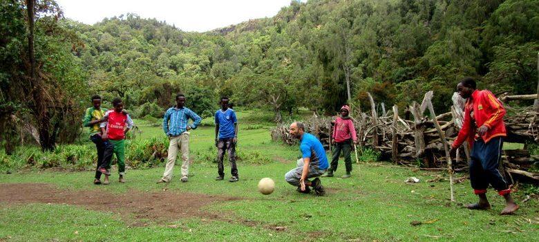 Jugando al fútbol en una aldea perdida en las montañas de Dodola