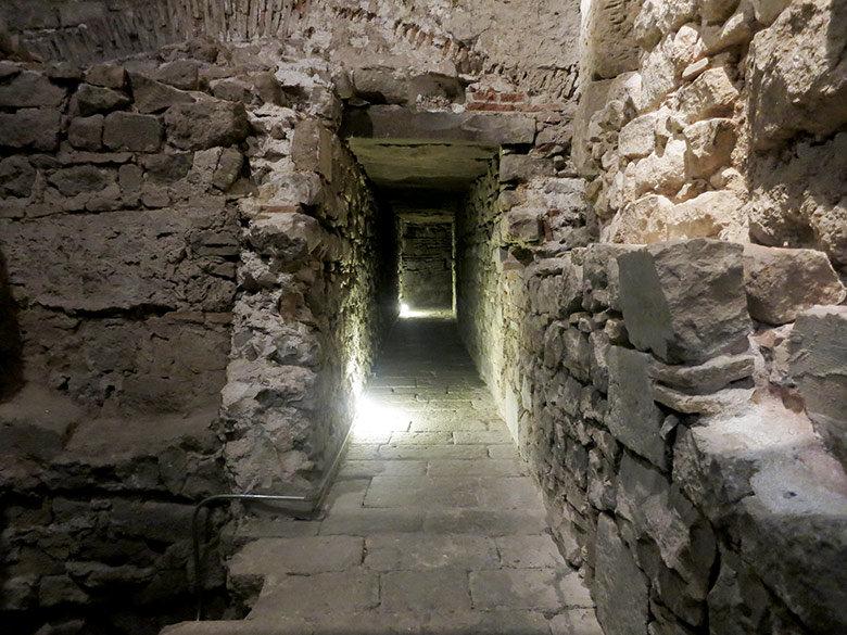 Pasillo frente las antiguas murallas romanas de Barcelona