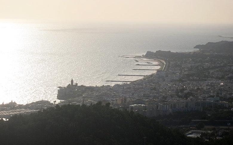 Vistas a contraluz a Sitges desde la Creu de Sant Isidre