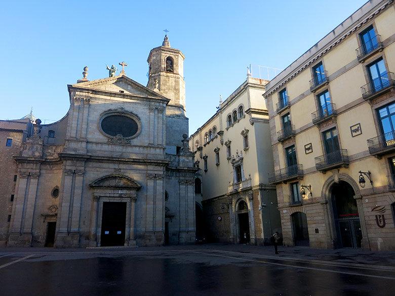 La plaza de la Merçè con la iglesia y las dependencias de la Universidad Pompeu Fabra