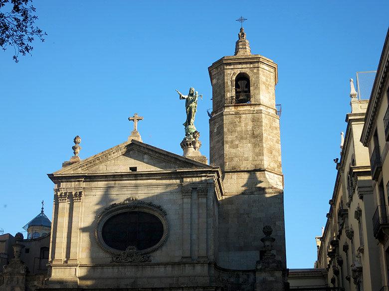 El campanario y frontal de la Basílica de la Merçè en Barcelona