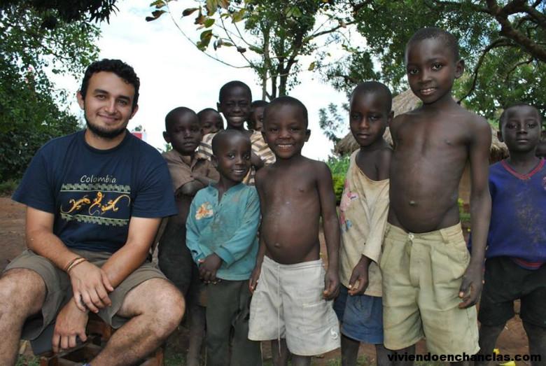 Con niños durante el voluntariado en Uganda