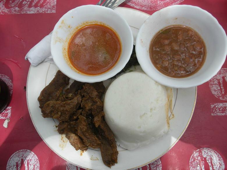 Un plato típico de Uganda: Salsa con frijoles, posho (masa de harina de maíz) y carne.