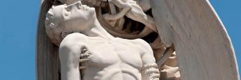 La impactante escultura del Beso de la Muerte en el cementerio de Poblenou