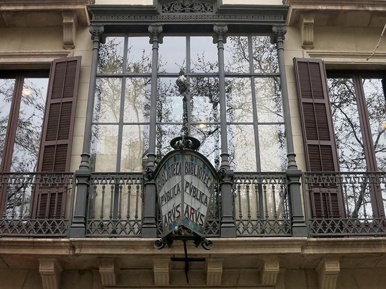 Fachada principal de la Biblioteca Arus que alberga la Estatua de la Libertad