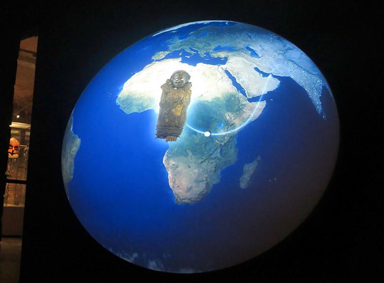 Como preámbulo al museo, un mapa del mundo con algunas de las obras representadas