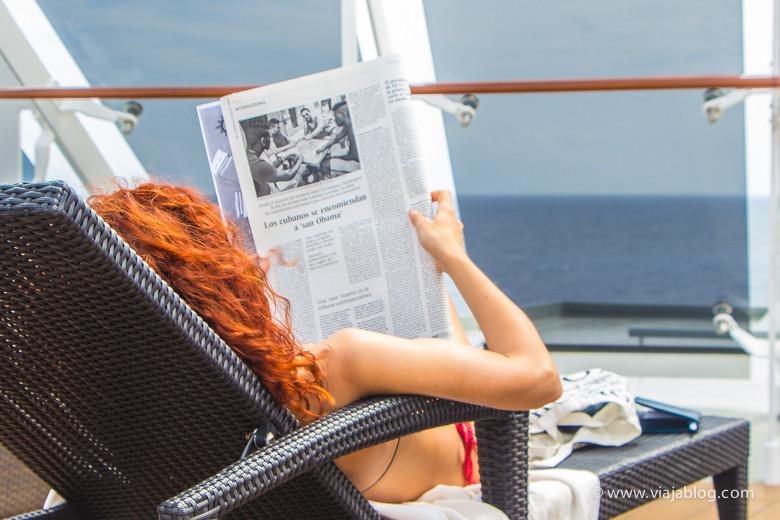 Turista leyendo sobre Cuba en el MSC Ópera en La Habana