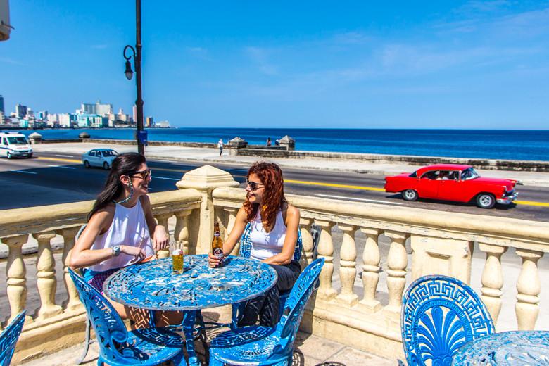 Cerveza en el Malecón, Habana, Cuba