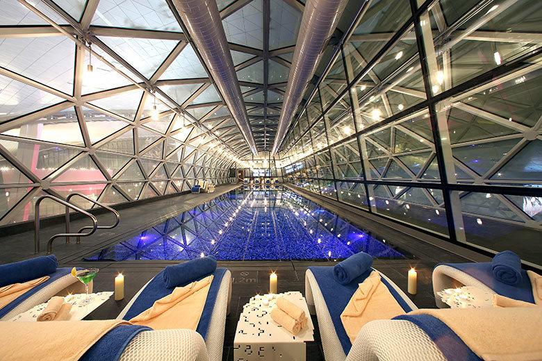 La piscina interior en el Aeropuerto de Doha