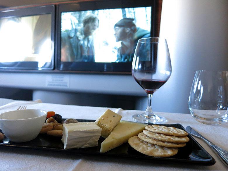 Un surtido de quesos con un buen vino tinto para disfrutar de la siguiente película