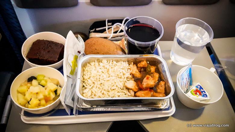 Cena en avión charter de camino al crucero por el Caribe