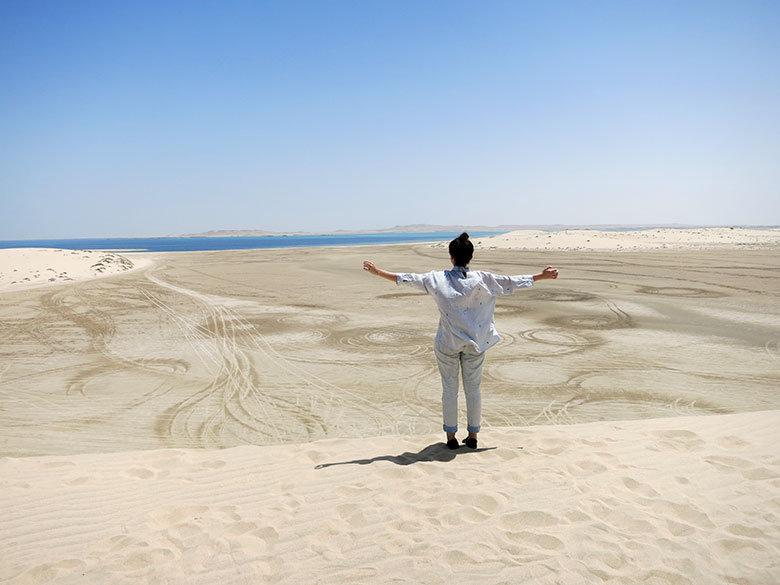Vistas a Emiratos Árabes desde el desierto de Qatar