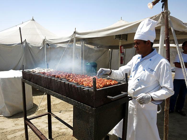 Gran banquete tras la experiencia en una haima en el desierto