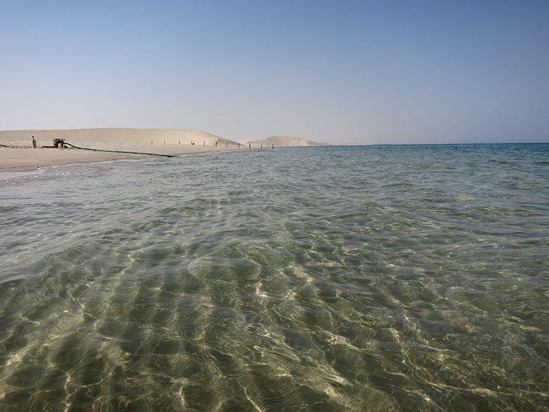 Las aguas cristalinas en la playa de Qatar
