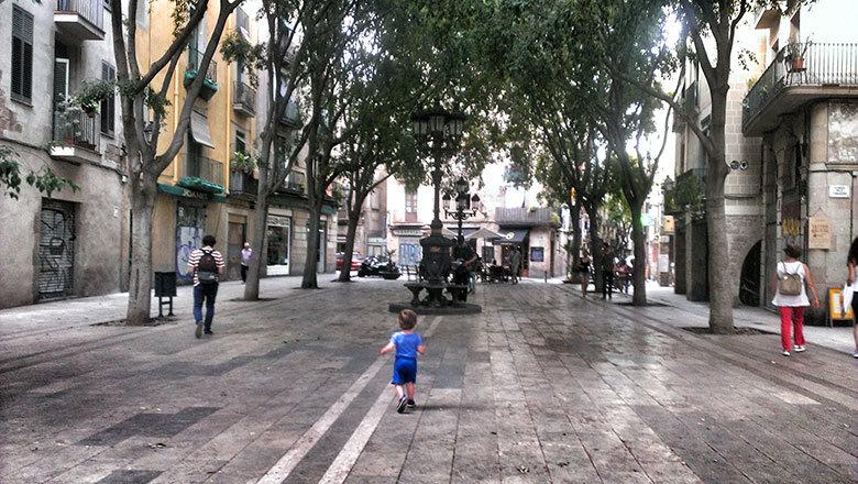 El enano corriendo por la plaza de Sant Agustí Vell