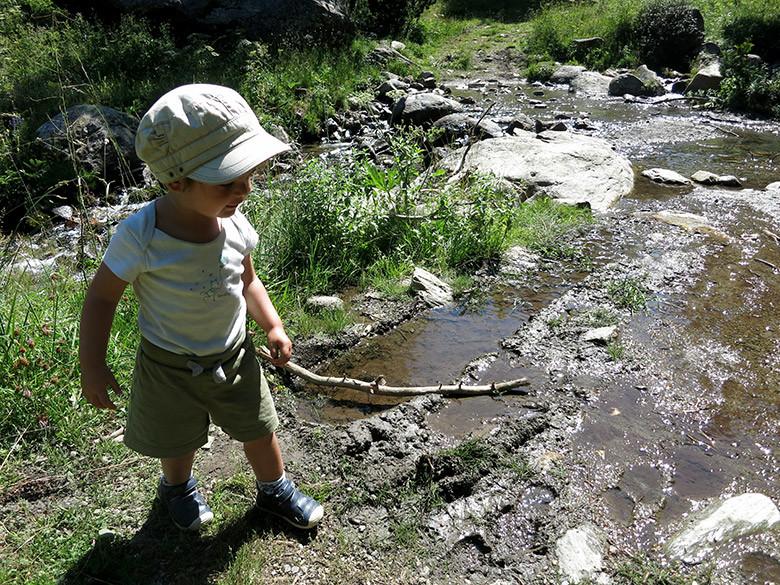 Un palo, piedras y agua: lo indispensable para pasarlo bien