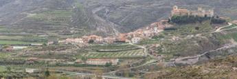 El pueblo de Cornago en La Rioja, desde la carretera