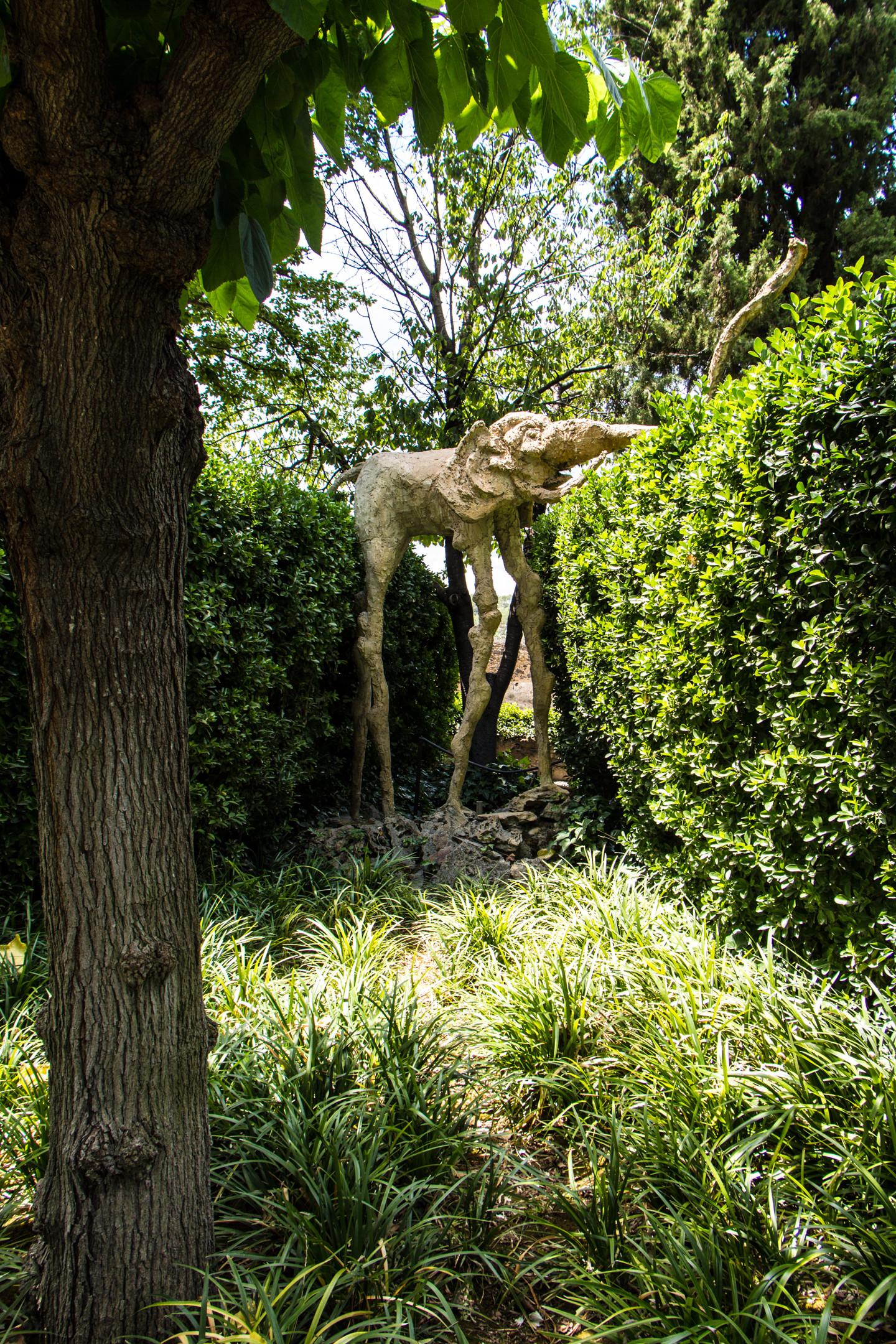 Elefante en el jardín del Museo Castillo Gala Dali, Púbol (Gerona)