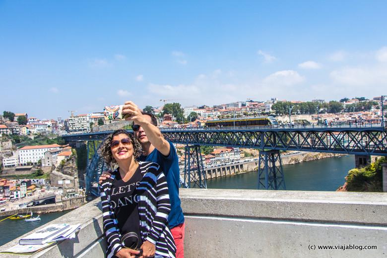 Selfie y tranvía, Puente Don Luis I, Oporto, Portugal