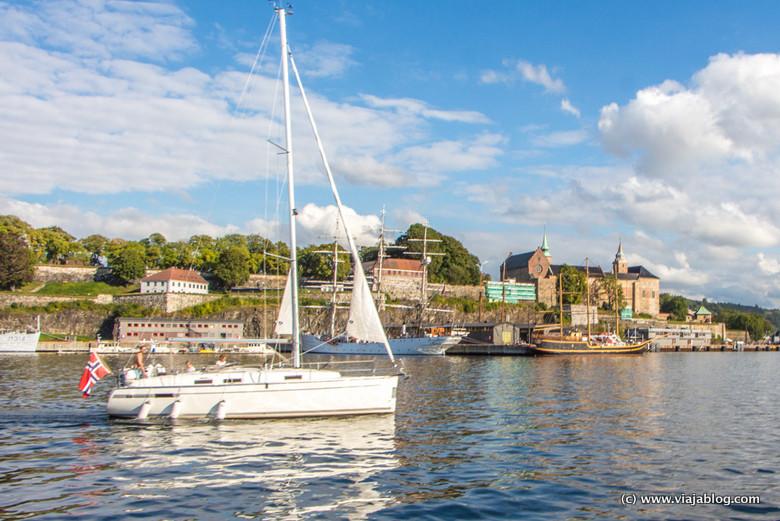 Barco en el fiordo de Oslo, Noruega