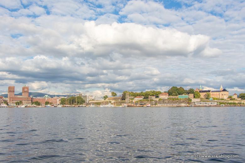 A la derecha, parque y Fortaleza de Akershus, Oslo, Noruega
