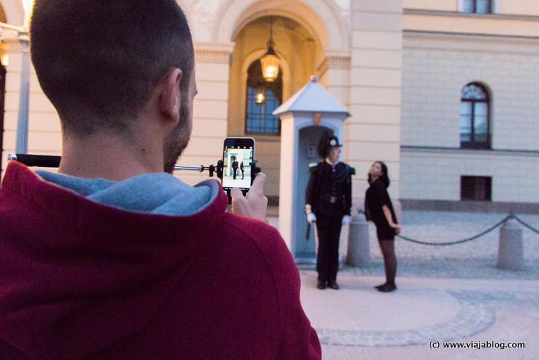 Foto con guardia, Palacio Real, Oslo, Noruega