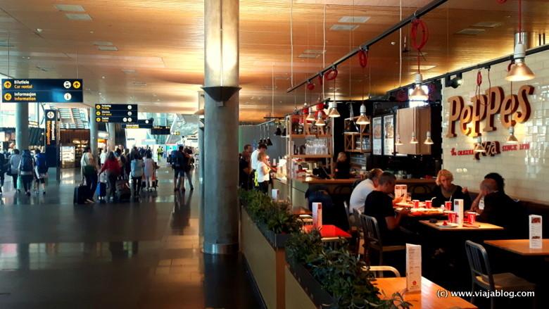 Interior Aeropuerto de Oslo en dirección a los andenes de tren y autobús