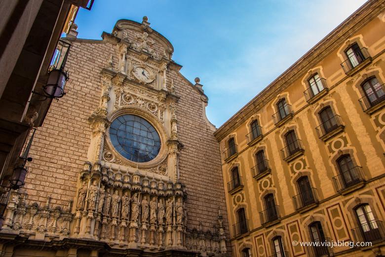 Patio y fachada de la Abadía de Montserrat, Cataluña