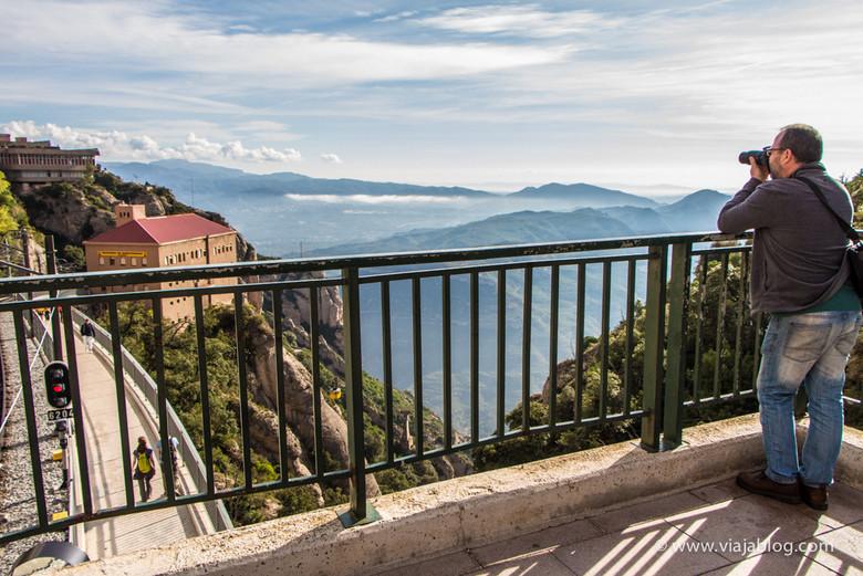 Edificio del Teleférico (Aeri) y vistas del Monasterio Montserrat, Cataluña