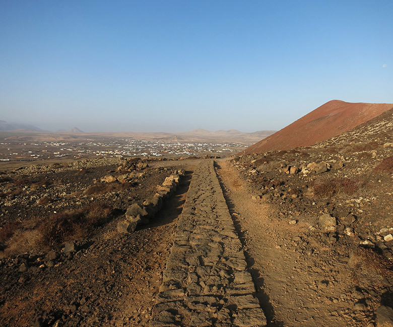 Siguiendo el camino principal al volcán Calderón Hondo desde Lajares