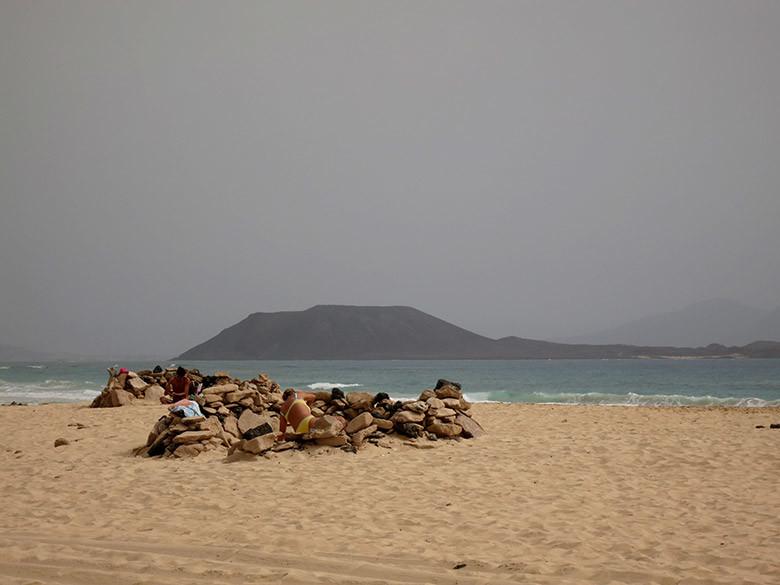 Protectores de piedra para resguardarse del viento, una técnica habitual en las playas de Fuerteventura