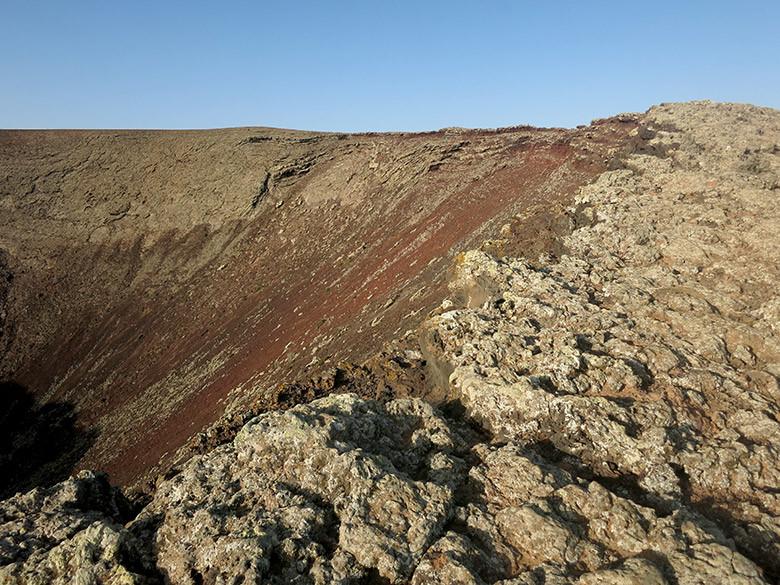 Bordeando el cráter del volcán Calderón Hondo