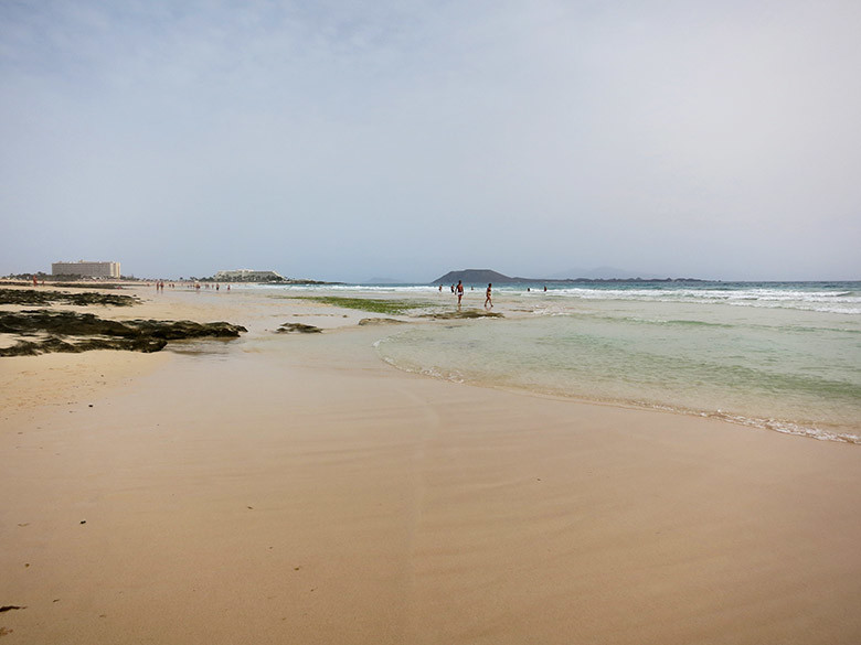 La extensa playa de Grandes Dunas al noreste de Fuerteventura