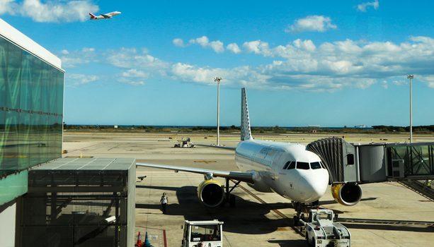 Aviones despegando de un aeropuerto