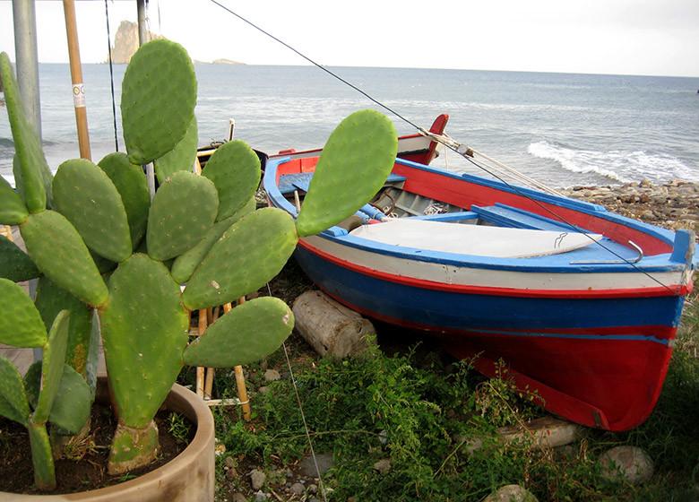 Una barca apostada en la playa en Panarea