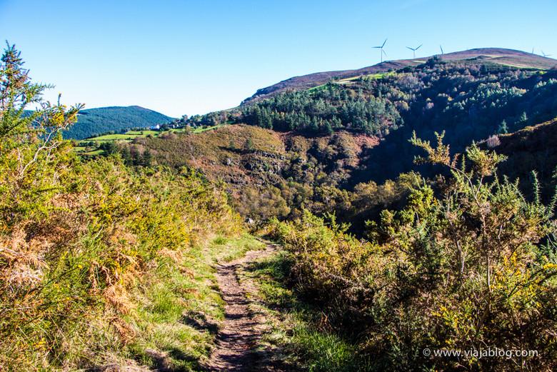 Molinos de viento sobre la Sierra de La Bobia, Ruta Cascadas del Cioyo en Asturias